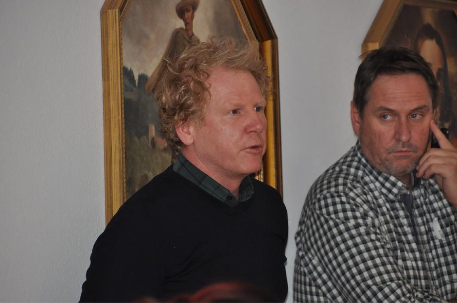 Architekt Armin Neurauter und Bauamtsleiter Martin Dablander (v.l.) erklären die Vergabe für die Gewerke des Kindergartenneubaus.