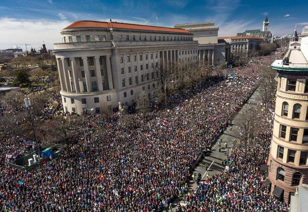 Hunderttausende junge Menschen sind nach dem Amoklauf in Parkland für schärfere Waffengesetzt auf die Straße gegangen. Überall in den USA gab es große Kundgebungen.