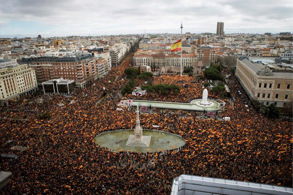 """Unter dem Motto """"Für ein vereinigtes Spanien"""" nahmen am Sonntag Tausende Menschen in Madrid an einer Kundgebung teil."""