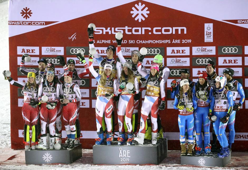 Team Österreich (Silber) mit Katharina Liensberger, Franziska Gritsch, Katharina Truppe und Marco Schwarz, Christian Hirschbühl und Michael Matt  sowie die Weltmeister aus der Schweiz und Italien (Bronze).