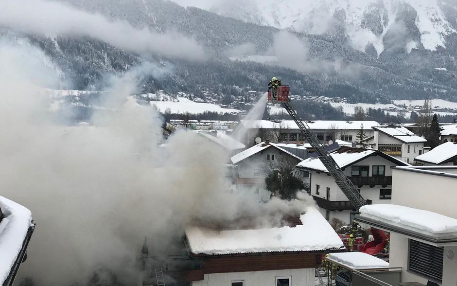 Dichte Rauchschwaden über Kolsass: Im Dachgeschoss eines Hauses brach ein Brand aus.