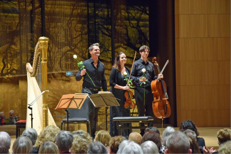 aiba Skride (Violine), Xavier de Maistre (Harfe) und Daniel Müller-Schott (Violoncello) wurden mit tosendem Applaus belohnt.