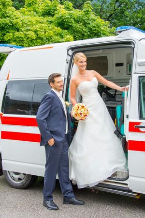 Die Bitterlichs wurden bei ihrer Hochzeit 2015 standesgemäß im Rettungsauto zur Kirche gebracht. Sie erwarten im Mai ihr zweites Kind.
