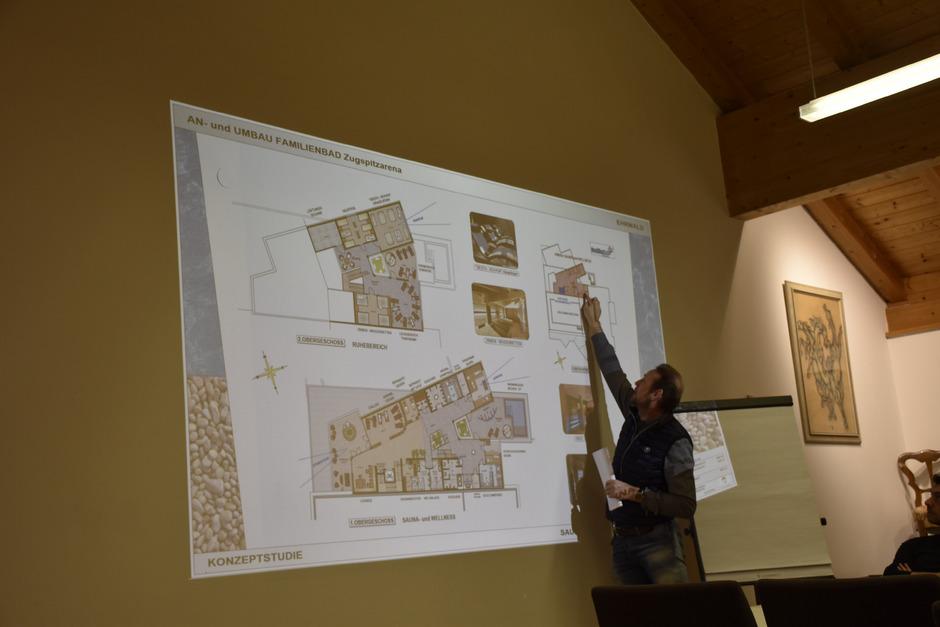 """Marco Holzer von """"Planwerker"""" erläutert den Gemeinderäten die geplante Sauna auf zwei Ebenen."""