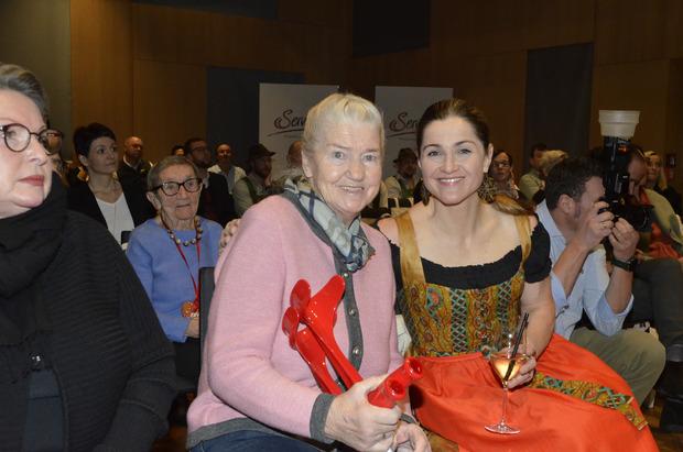 Frisch genesen: Traudl Hecher mit Tochter Lizz im Publikum.
