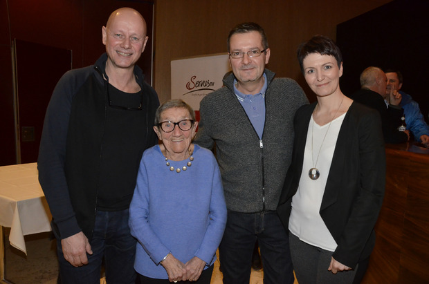 Berta Teissl mit Eva-Maria und Klaus Hueber, die von Servus-TV gefilmt wurden.