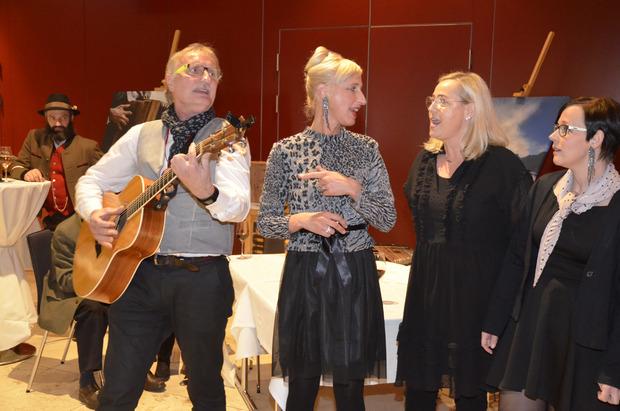 Julia Spieß (2.v.l.) und ihre musikalischen Freunde spielten erst im Film und dann nach der Vorpremiere noch live ein Ständchen.Fotos: Dähling