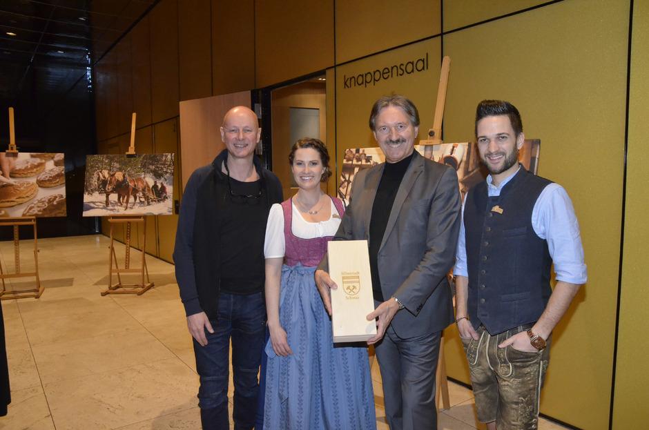 Regisseur Manfred Corrine, Moderatorin Conny Bürgler, BM Hans Lintner und Moderator Richard Deutinger (v. l.) freuten sich auf die Vorpremiere.