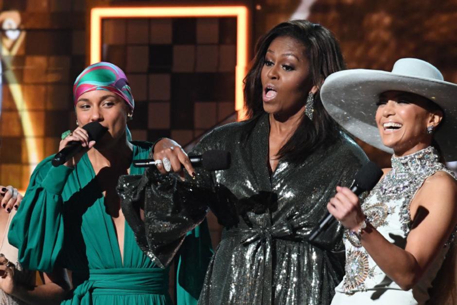 Michelle Obama (Mi.) bei der Grammy-Verleihung auf der Bühne mit Alicia Keys (li.) und Jennifer Lopez.