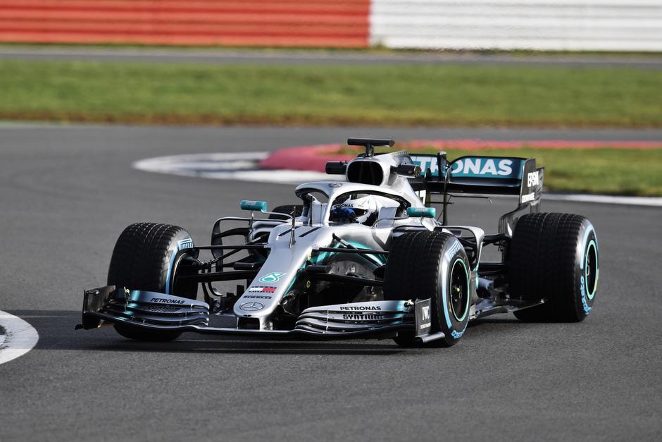 Der neue W10 von Mercedes soll ein historisches Stück Formel-1-Geschichte ermöglichen.