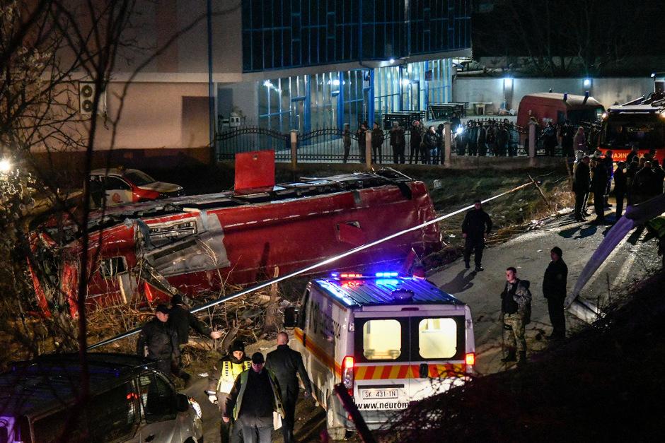 Ein Augenzeuge sagte der Nachrichtenagentur AFP, er habe den verunglückten Bus gesehen und sofort Polizei und Rettungsdienste alarmiert.