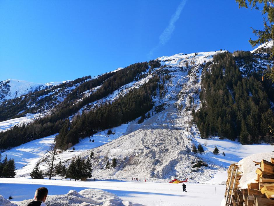 Das Schneebrett hatte laut Polizei eine Höhe von etwa 1,5 Metern.