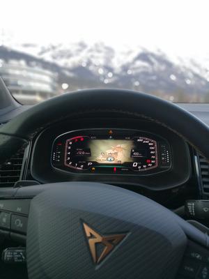Ein volldigitales Instrumentarium liefert die wichtigsten Fahrzeuginformationen, das Cupra-Logo schmückt das Lenkrad.