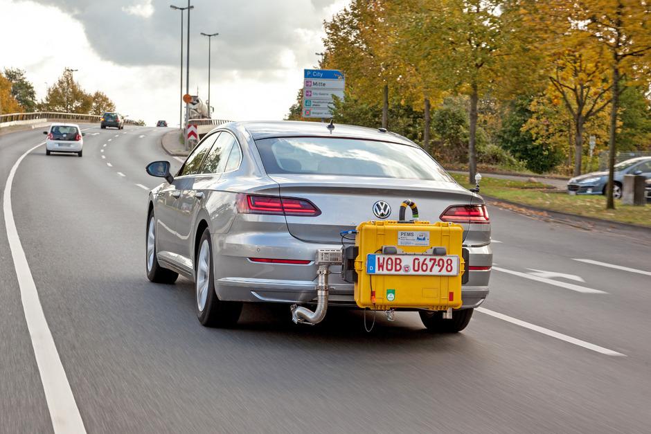 Ein Volkswagen Arteon mit einem mobilen Testgerät während einem WLTP-Abgastest.