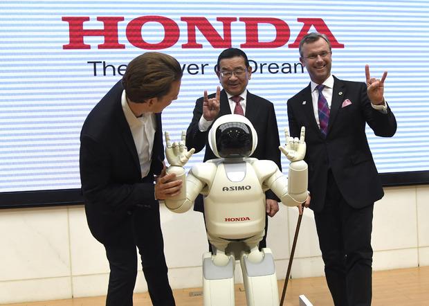 Sebastian Kurz (l.) und Minister Norbert Hofer beim Get-Together mit Roboter Asimo und Honda-CEO Takahiro Hachigo in Tokio.
