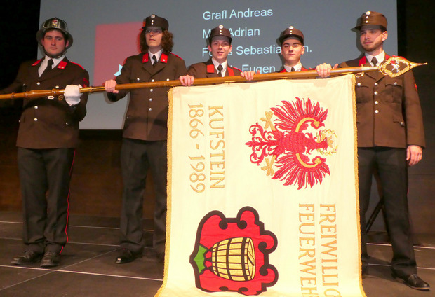 Angelobt wurden die vier jungen Kameraden (v.l.) Andreas Grafl, Adrian Mair, Sebastian Fuchs junior und Eugen Bicanic.