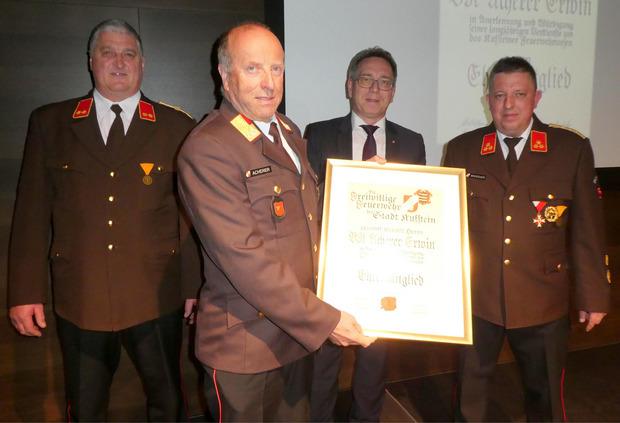 Kommandant-Stv. Sebastian Mayrhofer (l.), BM Martin Krumschnabel (3.v.l.) und Kommandant Hans-Peter Wohlschlager (r.) gratulierten Erwin Acherer zur Ehrenmitgliedschaft.