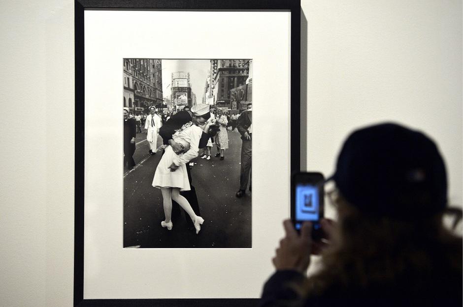 Mendonsa hatte während der Feiern auf der Straße eine jüdische Krankenschwester, die aus Österreich stammte, willkürlich in die Arme genommen und innig geküsst.