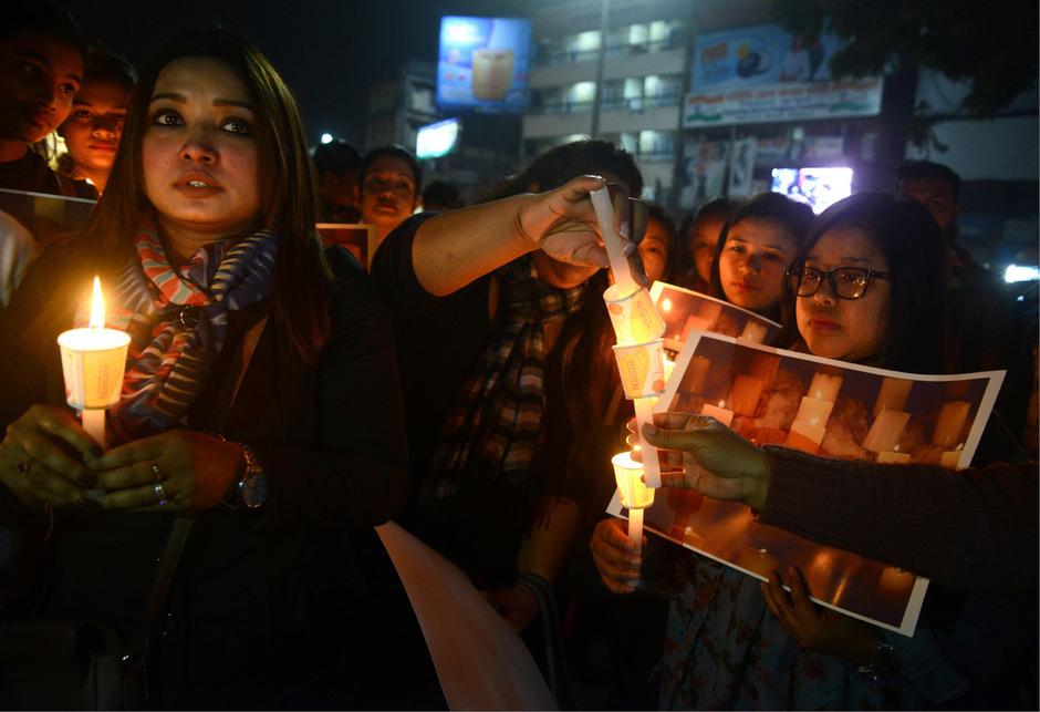 Nach dem tödlichen Angriff auf indische Sicherheitskräfte gedenken Menschen den Opfern.