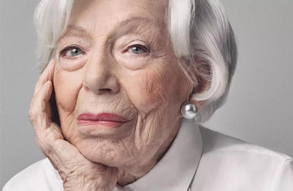Ingeborg Wolf. Die 103-Jährige lebt in Deutschland, sie hat in einer Seniorenresidenz eine eigene Wohnung. Wolf ist Teil einer Kampagne der Firma Seidensticker, die anlässlich des 100-Jahr-Jubiläums Hundertjährige vor die Kamera bat.