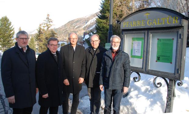 Gemeinsam auf dem Weg zur Galtürer Pfarrkirche: TVB-Vorstand Hubert Wiltsche, LH Günther Platter, Bürgermeister Toni Mattle, Bischof Hermann Glettler und Diakon Karl Gatt (v.l.).
