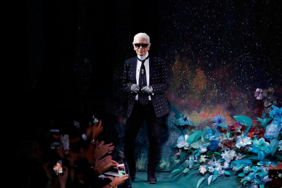 Karl Lagerfeld bei der Fendi-Show der Herbst/Winter-Kollektion 2017 in Paris: Der Designer war ab 1965 Kreativdirektor des Modehauses.