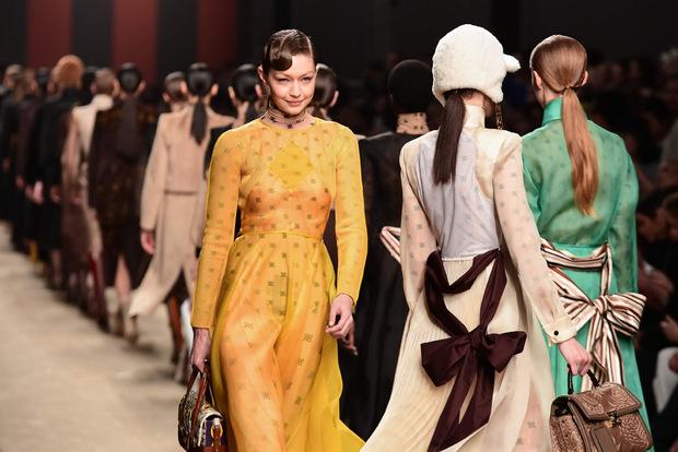 Model Gigi Hadid ging in Mailand für Fendi über den Laufsteg.