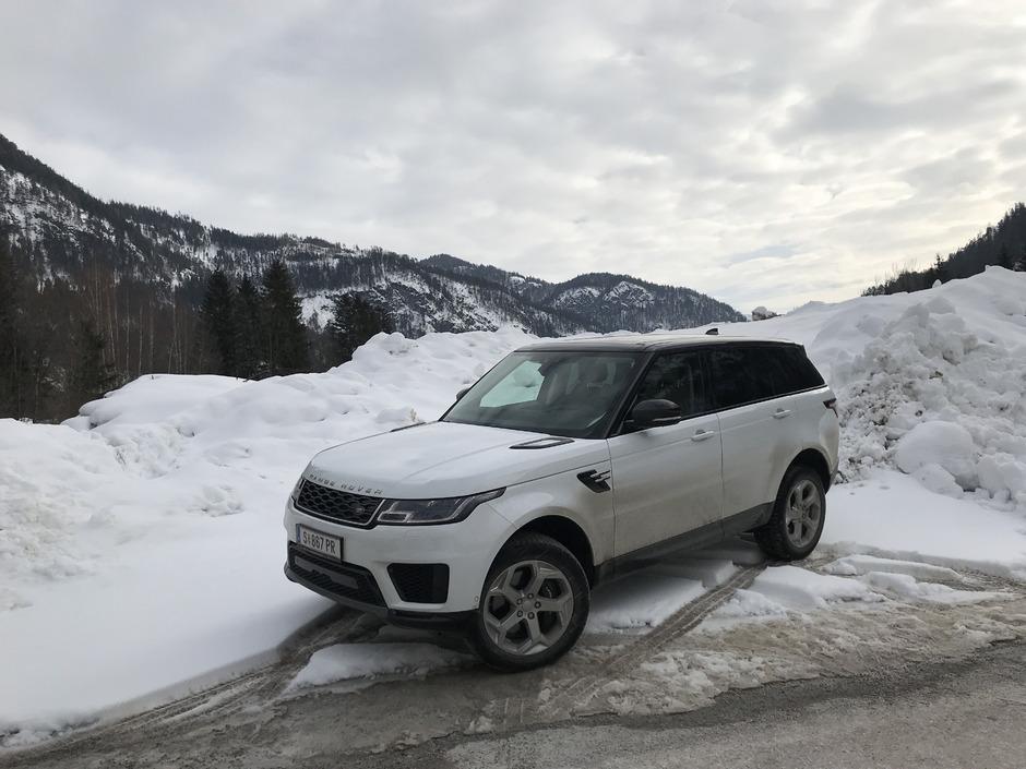 Berge und Schnee: Hier ist der bis heute schicke Range Rover Sport als echter Geländewagen zu Hause. Die Luftfederung schafft Bodenfreiheit.