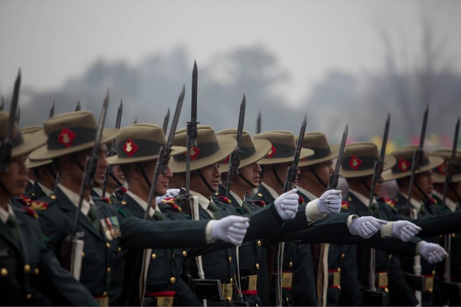 Nepalesische Soldaten in einer Parade zum Nationalen Demokratietag in Kathmandu am 19. Februar.  Kneissl erinnerte daran, dass österreichische und nepalesische Soldaten bei den Peacekeeping Missions im Libanon gemeinsam aktiv seien.