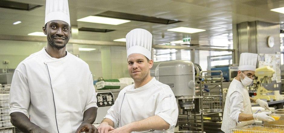 Das Kochen und das gute Miteinander (mit Küchenchef Josef Lindner) in der Innsbrucker Klinikküche haben es dem 23-jährigen Mansata Cisse angetan.