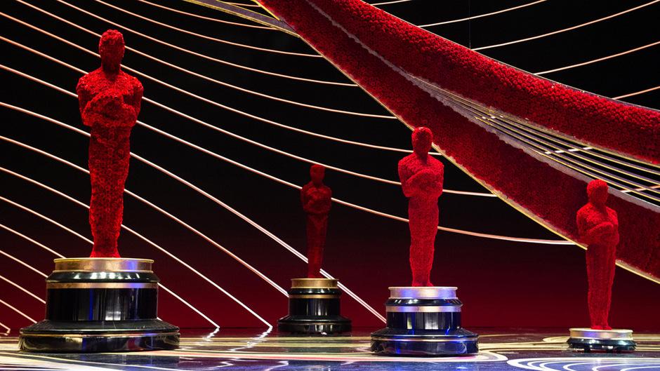 Oscars aus roten Rosen: Die Bühne für die Gala in der Nacht auf Montag ist bereit.