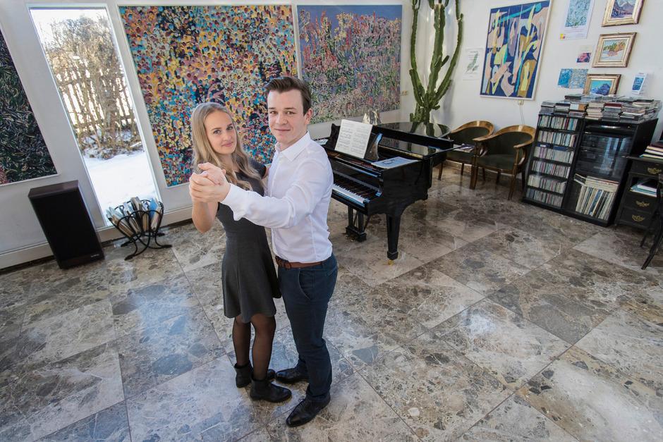 In Pauls Elternhaus üben Dana und Paul fleißig den Linkswalzer für den Wiener Opernball.