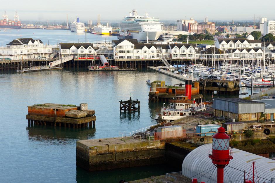 Hinter dem Jachthafen legen die Kreuzfahrtschiffe an.