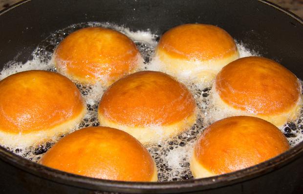 Traditionell werden die süßen Faschingskrapfen beidseitig in heißem Schmalz frittiert (u.r.) und davor – siehe Rezept – oder danach mit Marillenmarmelade gefüllt.