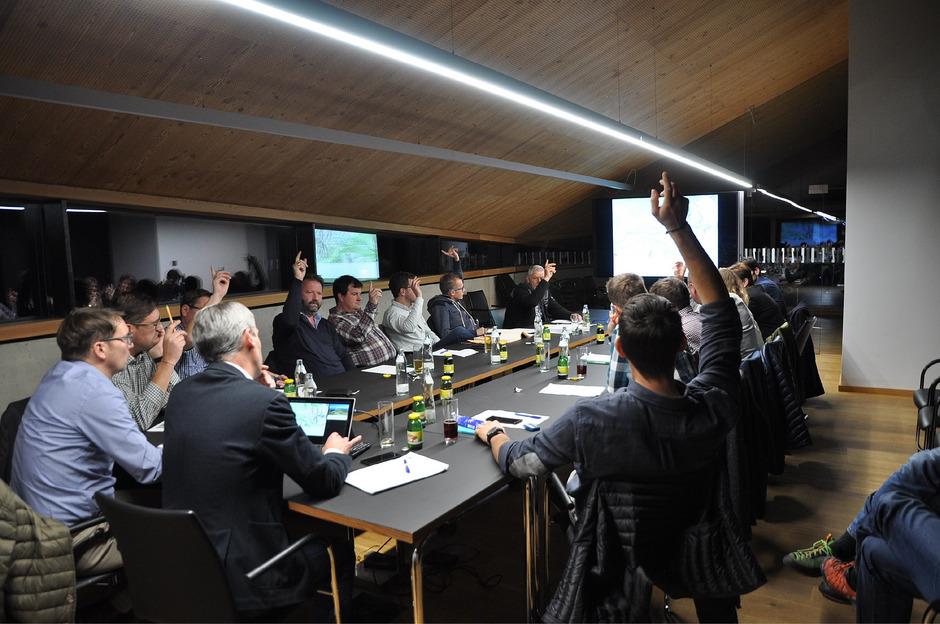 Der Gemeinderat in Oetz (l.) stimmte einstimmig für den Skigebietszusammenschluss Hochoetz-Kühtai, wobei der Betriebsleiter von Hochoetz befangen gewesen sein dürfte.