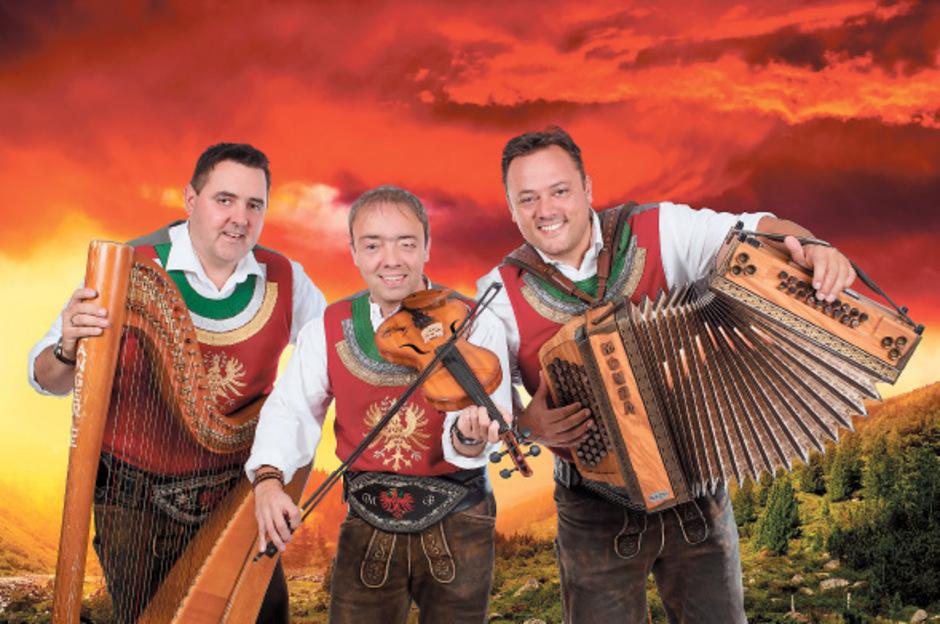 Franz Josef Höllwarth, Martin und Andreas Brugger gehen mit neuem Album und ihren Fans im Gepäck auf Fanreise, diesmal ab 26. Mai für fünf Tage mit dem Bus nach Porec.