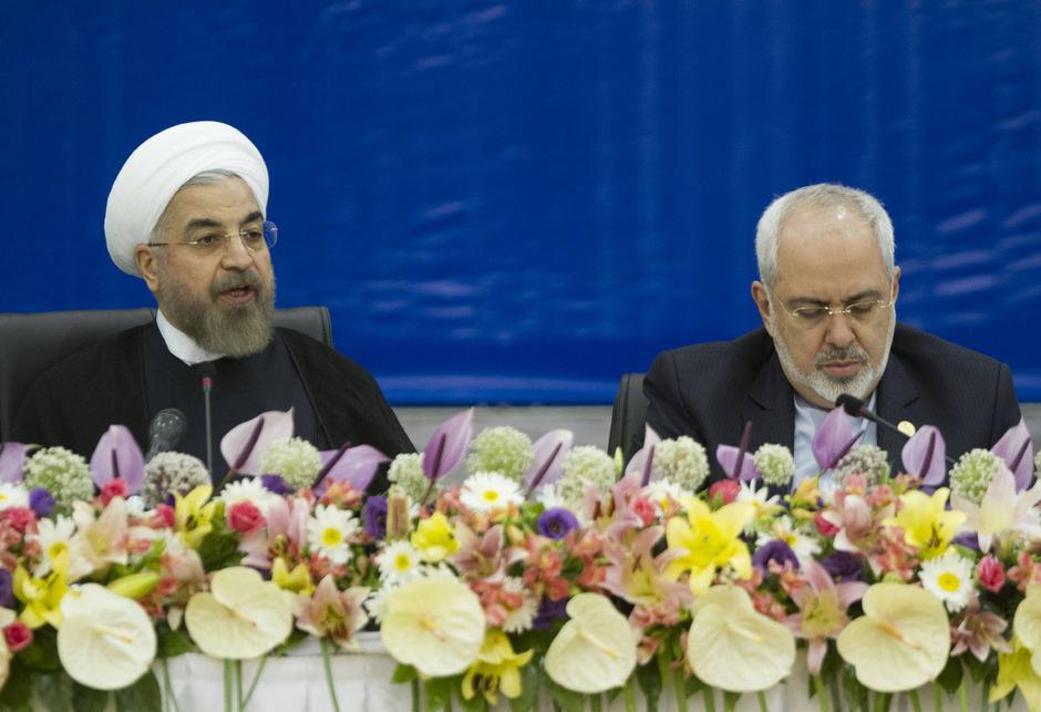 Präsident Rouhani (l.) will den Rücktritt seines Außenministers nicht akzeptieren.