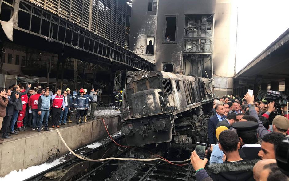 Die ausgebrannte Lokomotive am Kairoer Hauptbahnhof.