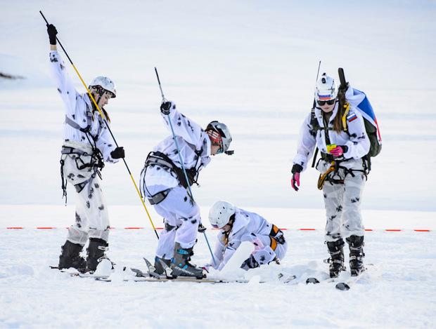 Russland schickte heuer erstmals ein Frauenteam ins Rennen. Diese vier Athletinnen suchen nach einem vergrabenen Gegenstand.