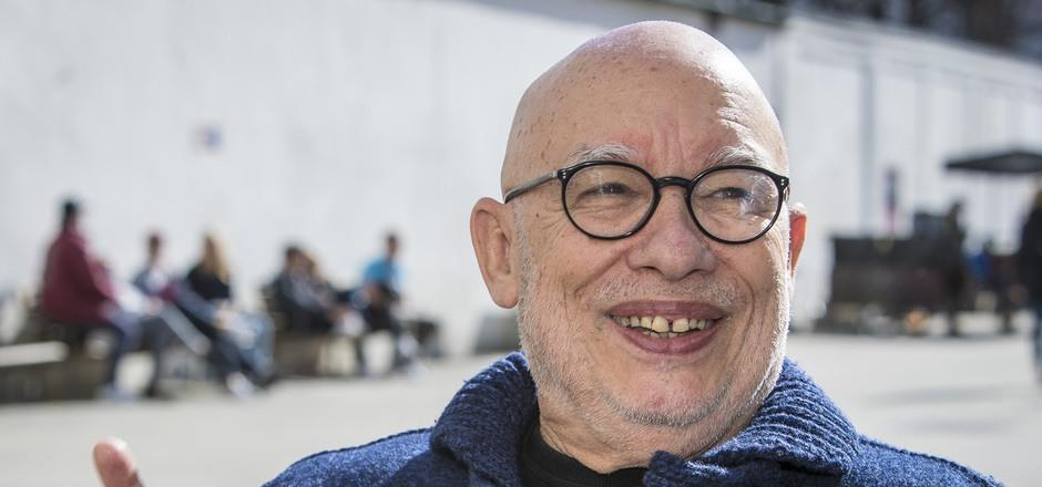 Bestens gelaunt im frühlingshaften Innsbruck. Dennis Russell Davies blickt auf 50 Karrierejahre in Konzert- und Opernhäusern zurück.