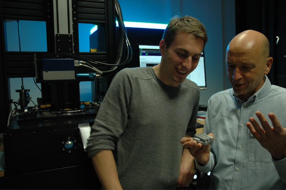 Philipp Mair (mit seinem Professor Gerhard Leichtfried, r.) forscht in Lienz und Innsbruck an einer neuen Aluminiumlegierung.