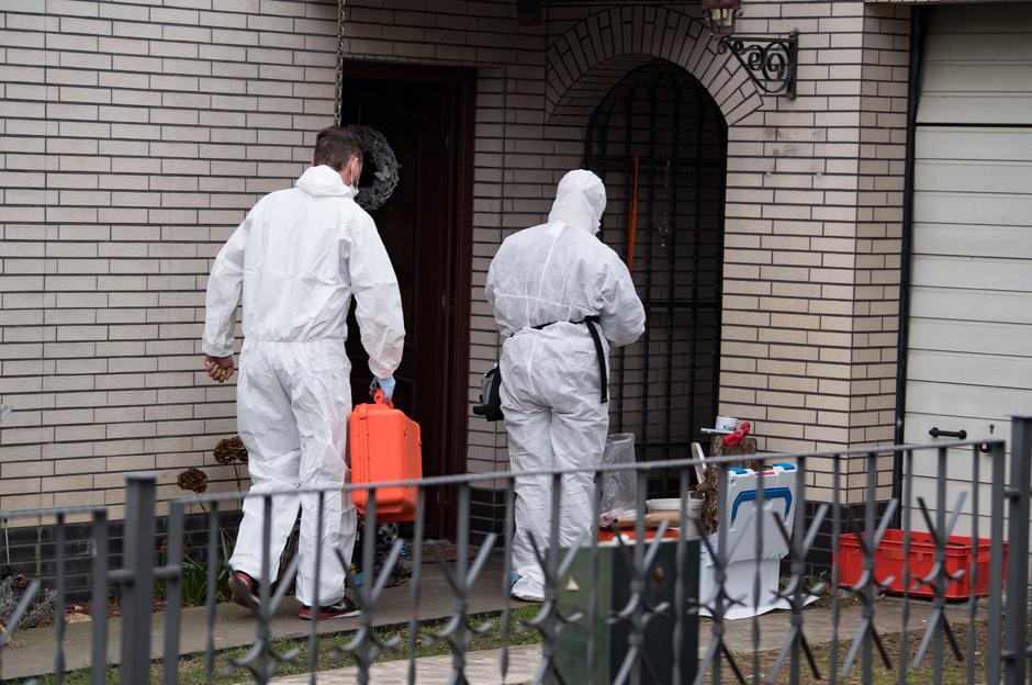 Am Freitagmittag untersuchte ein Team von Kriminaltechnikern, das Haus von Rebeccas Schwager auf Spuren.