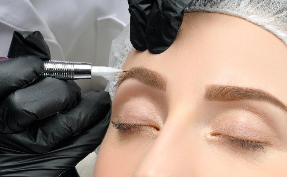 Ein beliebtes Angebot ist Microblading. Dabei werden die Augenbrauen mit Farbpigmenten verdichtet und in Form gebracht.