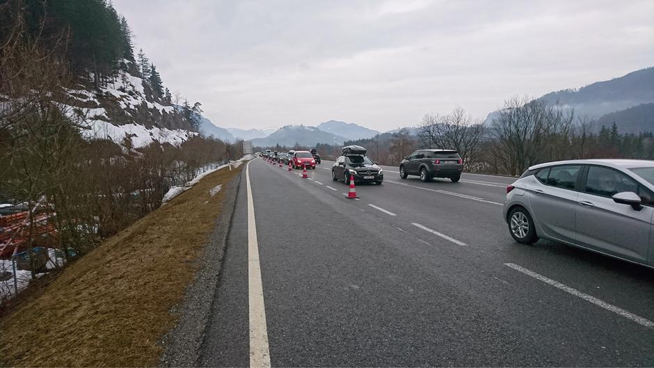 B179: Die Ausfahrt Reutte Nord Richtung Süden war Samstag mit Hütchen zugestellt. Die Feuerwehr ließ nur Einheimische oder Gäste mit lokaler Buchungsbestätigung durch.