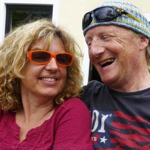 Die Englischlehrer Irene und Alex Macdonald präsentieren sich und ihr Englischkurs-Angebote online.