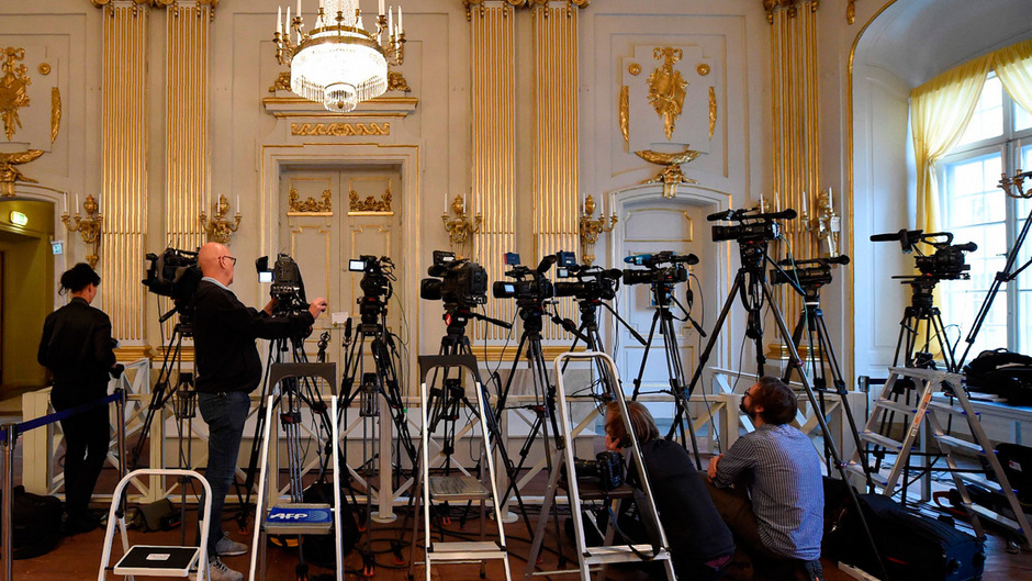 Jahr für Jahr warten Journalisten in den Saal der Schwedischen Akademie, dass sich die Türe öffnet und der Nobelpreisträger für Litertur bekannt gegeben wird. 2018 fiel die Verleihung aus, 2019 gibt es zwei Auszeichnungen.