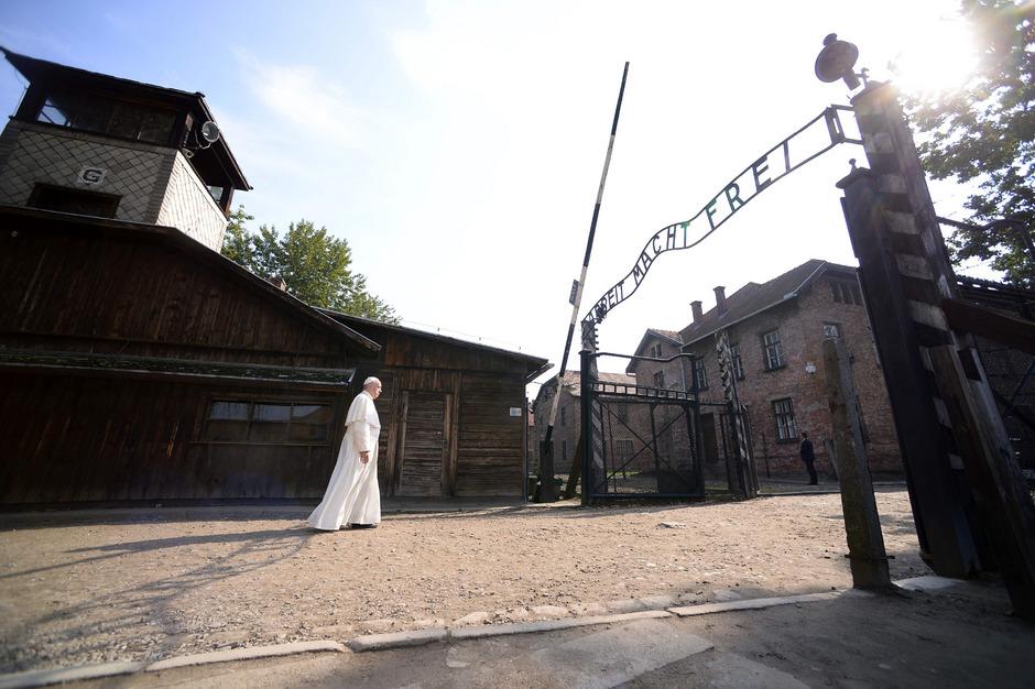 Allein und mit gesenktem Kopf betrat Papst Franziskus 2016 das Vernichtungslager Auschwitz.