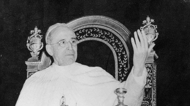 Papst Pius XII. wird beschuldigt, von der Judenvernichtung genauestens Bescheid gewusst, sie aber nicht öffentlich angeprangert zu haben.