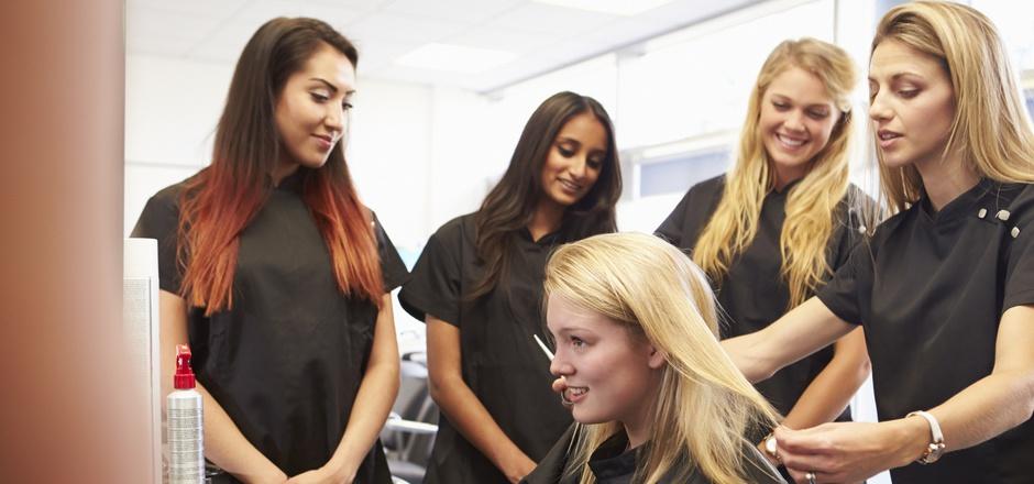 Viele junge Mädchen wollen Friseurin werden.