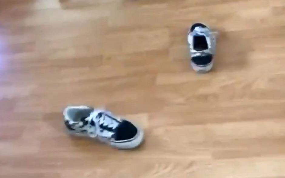 Skurriler Social-Media-Trend: Videos von Schuhen, die nach dem Werfen auf den Sohlen landen.